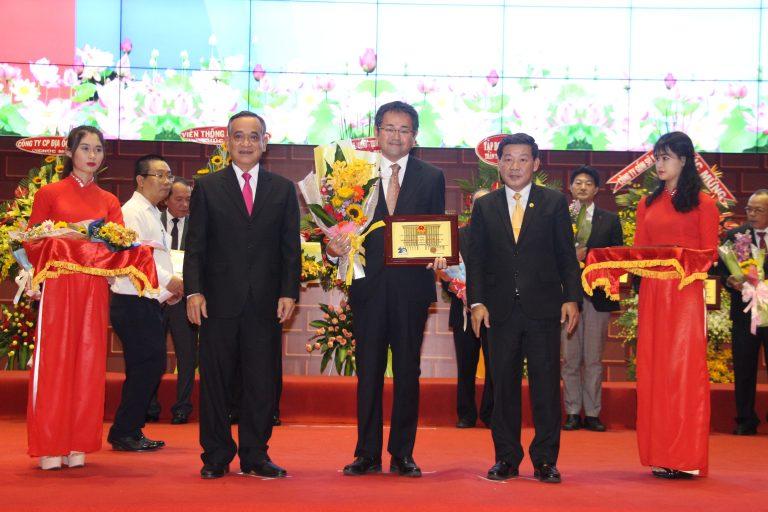 ベトナム企業日(10月13日)を記念し、ビンズン省は10月12日に企業への投資許可証の授与および2016年企業表彰のセレモニーを行いました。 式典では、表彰される優良企業205社のうち、ベカメックス東急は、同省の発展に大きく貢献している会社として、省トップ10に選ばれました。