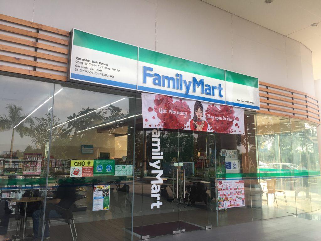 Nhằm nâng cao chất lượng phục vụ đáp ứng nhu cầu khách hàng, cửa hàng tiện lợi FamilyMart tại SORA gardens từ ngày 1/3/2017 bắt đầu hoạt động 24/7. Cửa hàng này khai trương vào ngày 8/5/2015 và dần trở thành nơi cung cấp những mặt hàng thiết yếu được cư dân của Thành phố Mới yêu thích. Trong tổng số 125 cửa hàng trong cả nước, FamilyMart SORA gardens luôn nằm trong Top 10 cửa hàng có doanh thu cao nhất. FamilyMart là chuỗi cửa hàng tiện lợi của Nhật Bản có mặt tại Việt Nam từ năm 2009, đến tháng 2/2017 có 125 cửa hàng đang kinh doanh (chủ yếu tại thành phố Hồ Chí Minh) Tại Thành phố Mới Bình Dương hiện có 2 cửa hàng FamilyMart tại Khu ẩm thực hikari và tại căn hộ cao cấp SORA gardens.。