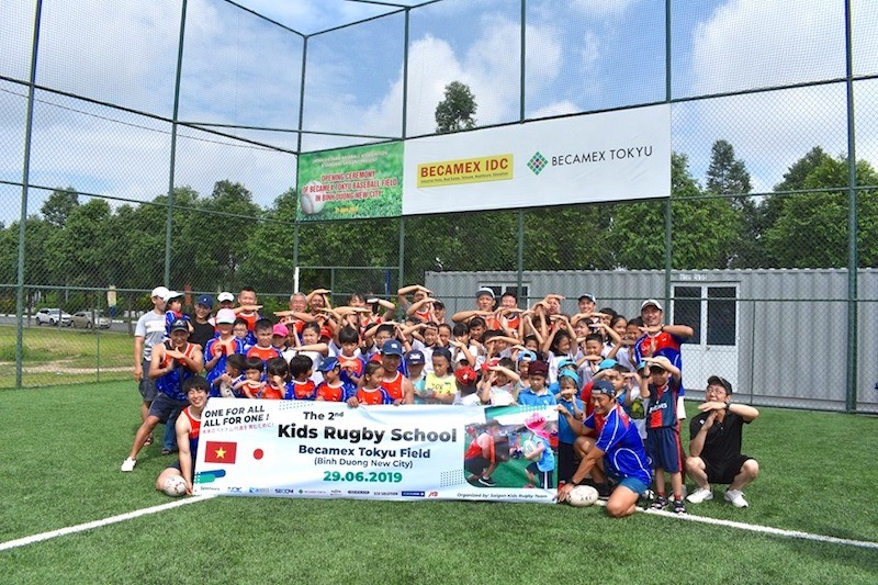 Lớp học bóng bầu dục cho trẻ em lần đầu tiên được tổ chức tại Thành phố Mới Bình Dương