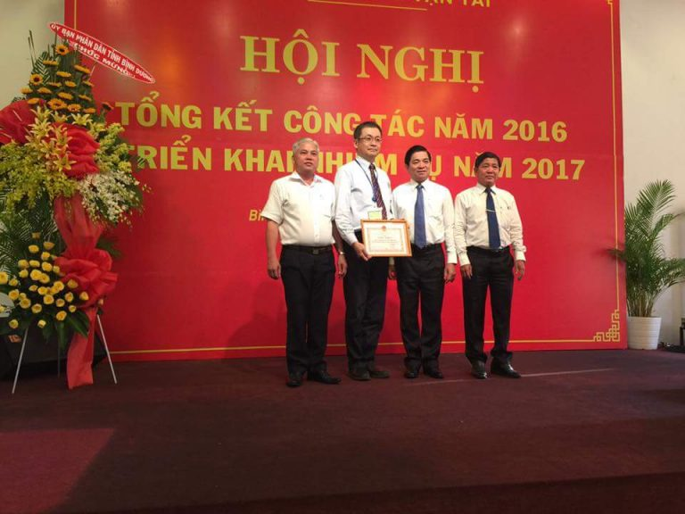 """On 11st January 2017, Department of of Transportation Binh Duong province held a conference to summarize the 2016 and business plan for 2017 at Conference Hall of Thanh Le Park, Thu Dau Mot City. Attending the meeting, there were Mr Tran Thanh Liem – Vice Chairman of the provincial People's Committee and leaders of transportation companies. At the meeting, BECAMEX TOKYU BUS was awarded a letter of commendation """"for successful efforts in fulfilling the 2016 mission"""". Vice Chairman of the provincial People's Committee and Director of Department of of Transportation commended Becamex Tokyu Bus for its contribution to the the development of public transport in Binh Duong."""